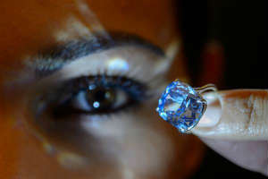 Blue Moon is a flawless blue diamond, the diamond price could reach 55 million