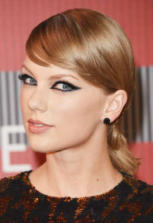Taylor Swift wearing balck diamonds earrings from famous jewelry designer Lorraine Schwartz