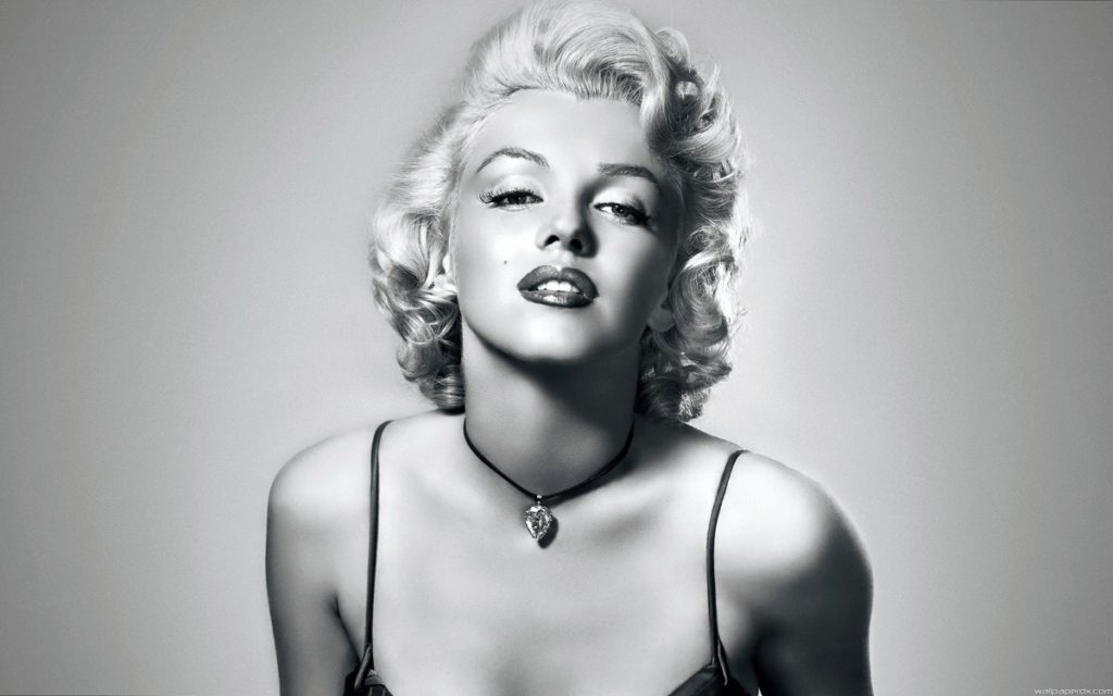 marilyn monroe wearing pear shaped diamond necklace